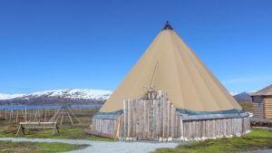 Trekantigt tält, berg i bakgrunden