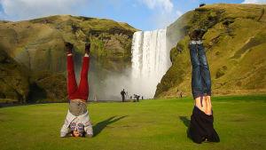 Vid vattenfallet Gullfoss lönar det sig att komma innan turistgrupperna, så får man utrymme att njuta av utsikten.