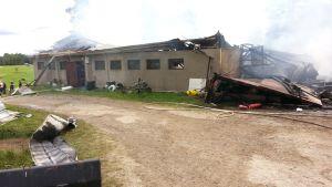 Ett fähus i Kelviå totalförstördes i en brand