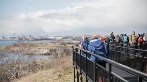Människor på promenadstråk på en ö utanför Helsingfors.