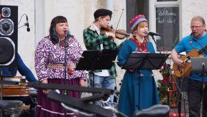 Kolttasaamelainen leuʹdd-yhtye Suõmmkar esiintymässä Helsingissä kesällä 2016.