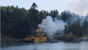 Rök vid Barösundsfärjan den 23 juli 2014.