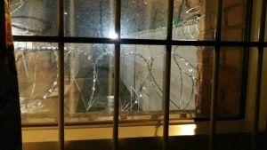 fönster med taggtråd