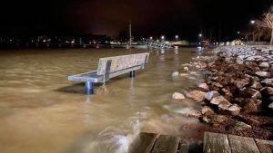 En bänk vid Skeppsbron i Lovisa. Stranden har översvämmats och bänken står i vattnet.