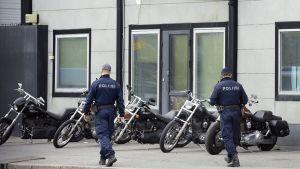 Polisoperation mot mc-gänget Bandidos lokaler i Byholmen i Helsingfors den 12 maj 2015.