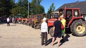Traktorkavalkad i Houtskär i samband med matglädje.