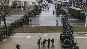 Två rader av stridsutrustad vitrysk kravallpolis sedd snett uppifrån.