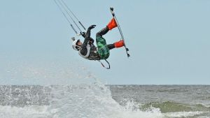 Andreas Bergdahl hoppar med surfkite