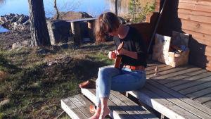 Lena Frölander-Ulf spelar ukulele.