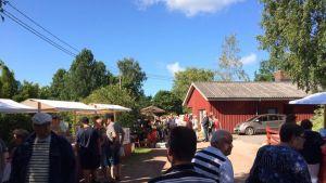 Folkvimmel på evenemanget Matglädje i Houtskär.