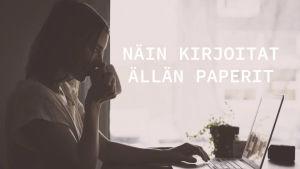 Artikkelikuva, missä nainen juo kahvia ja istuu tietokoneen ääressä.