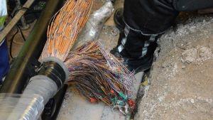 Hundratals kopparkablar gjuts en och en ihop med nya ledningar