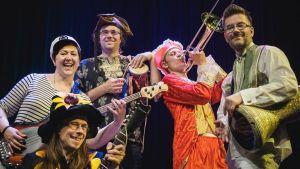 Pomppulinnan kreivi -yhtyeessä soittavat Arja Paju, Valtteri Bruun, Hannu Risku, Vili Mustalampi ja Ricardo Padilla.