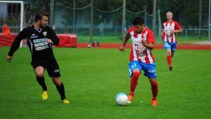 Fotbollspelaren Lucas dos Santos på plan