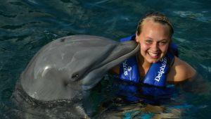 Jessica Fager med delfin i Mexiko