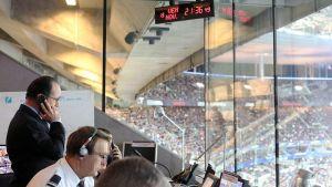 Frankrikes president François Hollande fick besked om terrorattackerna under en fotbollsmatch på Stade de France.