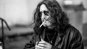Ivans utmanare i borgmästarvalet tänder en cigarett.