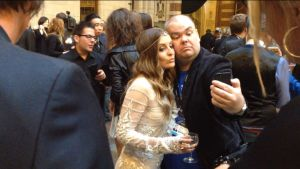 Johan Lindroos tar en selfie med Storbritanniens Molly.