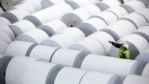 Pappersrullar vid UPM:s fabrik