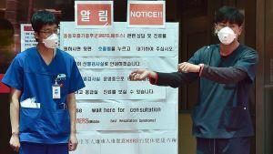 Sjukhuspersonal iförda andningsskydd i Sydkoreas huvudstad Seoul den 2 juni 2015.