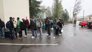 Kö vid flyktingslussen i Torneå 22.9.2015.