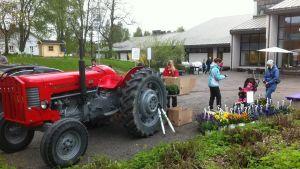 traktor och blommor