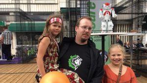 Kenneth Krohn med barn framför roboten Zora.