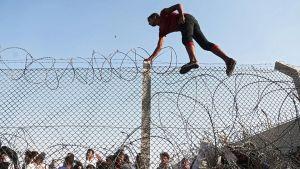 En flykting går över gränsen till Turkiet, nära staden Akcakale.