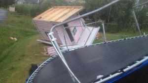 Ovädret tog både trampolin och lekstuga