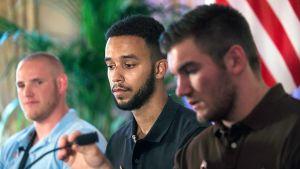 Amerikanerna Spencer Stone (från vänster), Anthony Sadler och Alek Skarlatos hör till dem som belönas med Hederslegionen för sina gärningar vid skottdramat i ett tåg i Frankrike den 21 augusti 2015.