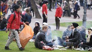 Valborgsfirare i Gamla kyrkans park i Helsingfors.