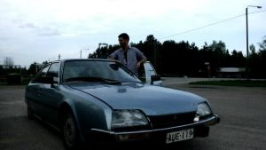 Marcus Prest vid en bil.