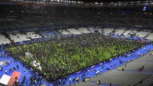Publiken samlas på planen efter bomber exploderade utanför stadion.