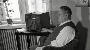 Mies kuuntelee radiota