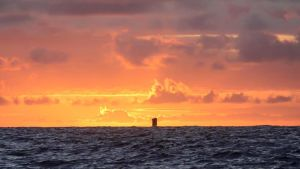 Kon-Tiki II lautta kohti auringonlaskua