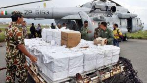 Förnödenheter till offren i jordbävningen lastas på flygfältet i Katmandu den 29 april.
