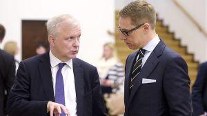 Olli Rehn och Alexander Stubb i riksdagen den 6 maj 2015.