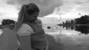 Linda Sundberg med baby vid havet