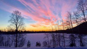 Auringonlasku talvisessa maisemassa