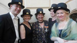 Laura Kolbe med andra doktorer i hatt.