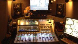 Ljudteknikerns arbetsrum. Inspelningsbilen är lite av en ljudstudio i miniatyr.