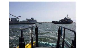 Bränslet från gränsbevakningens fartyg Uisko fördes över till marinens oljebekämpningsfartyg Halli.
