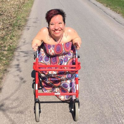 Anna CAldén tränar ute med fysioterapeut