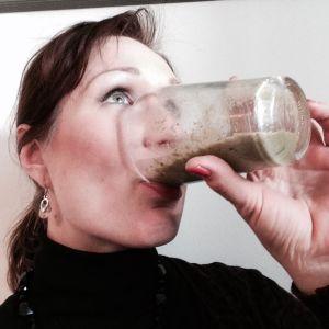 Helena Lappeteläinen juo maksaa hellivää vihersmoothieta