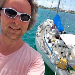 Hasse Eriksson framför segelbåten han och resten av besättningen ska korsa Atlanten med.