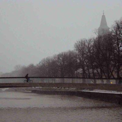 Cyklist på biblioteksbron i Åbo