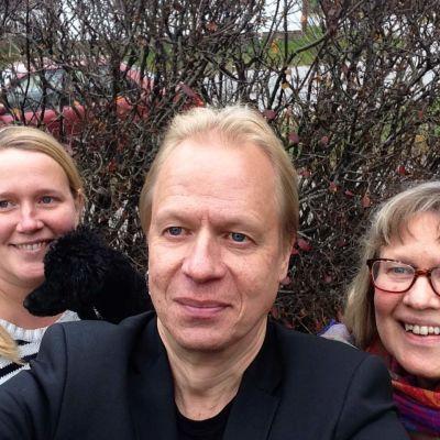 Syskonen Sandström och Eva-MAria Björk i en selfie vid en häck