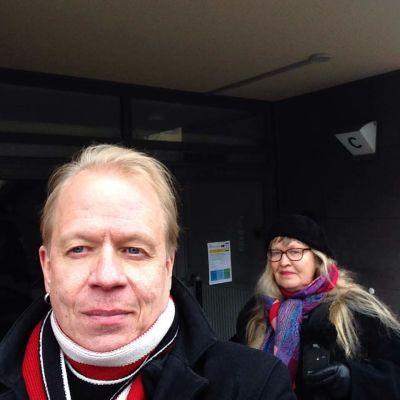 Peter och Ann-Sophie Sandström utanför ett fult hus de bodde i en gång.