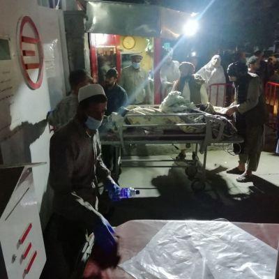 Skadade människor tas omhand utanför ett sjukhus i Kabul.