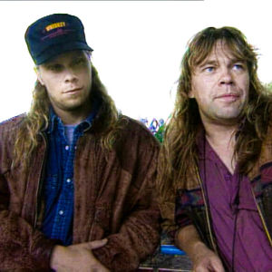 Två medlemmar i bandet Stormwing intervjuas på tv.
